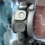 A turbófeltöltő közelről: balra a hideg oldalon a kompresszor szállítja a nagyobb nyomású levegőt a köztes hűtőn keresztül a motorba, jobbra pedig a kipufogógáz energiáját hasznosító turbina