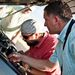 Tibby és a Doki a Mercedes gépteteje alatt