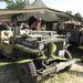 Második világháborús jenki Willys jeep és Dodge a hevenyészett amerikai táborban