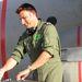 A belga DJ a Hercules szállítógép szárnya alatt rögtönzött pulton keverte a zenéket