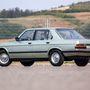 Sajnos abban az időben még nem volt divat a kombi, csak egy modellel később, a E34-ben jött. Csak szedán létezik, 462 hosszú, 170 centiméter széles. Ennél egy 1-es BMW is szélesebb, és a mostani hármas pont ilyen hosszú