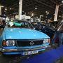 Sales-munkatársunk, Begyik Gabi gyökeret vert az Opel mellett: addig nem tágít, míg nem b eszél a német tulajjjal