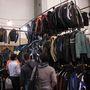 Kicsit zsibvásári a hangulat, de a pakisztáni árusoknál minden van: kabát, nadrág, kesztyű, sisak