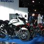A Suzuki is szépen kipakolta a portékáit. Milyen jól áll a Banditnak a fehér szín, meg a dobozok