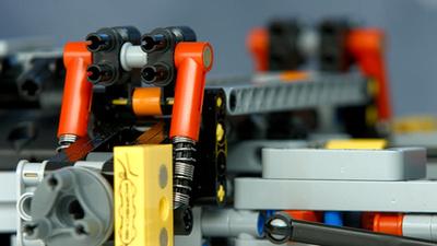 A sárga féknyergek a kerámia féktárcsás verzióhoz járnak. Piros rugóstagokat csak ebben a szettben találunk
