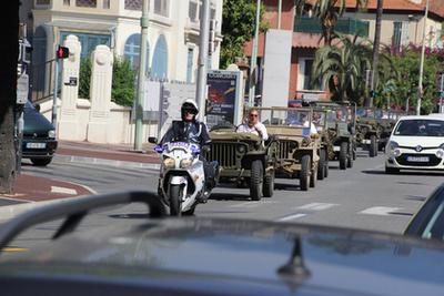 Az a fura vas installáció a Jeep orrán egy általában a harctéren, utólagos módosításként felszerelt drótvágó volt. Ezzel akadályozták meg, hogy a csapdaként kifeszített drótcsapdák levághassák a nyitott Jeepben autózó katonák fejét