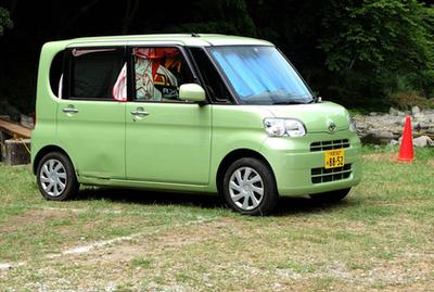 Egy igazán ősi kei-autót látunk a képen, az 1957-től 1972-ig készült Daihatsu Midget pickupot, amely az akkori szabványok szerint még csak három méter hosszú volt, 300 lóerős, kétütemű motorja 12 lóerőt tudott. A fejtámlából kiindulva azt is tudhatjuk, hogy ez egy 1969 utáni modell, már keverékolajozással és övekkel. Rendkívül fontos jármű, nem túlzás azt állítani, hogy különféle verziói emberek milliárdjait szállították az elmúlt ötven-hatvan évben - ebből a Daihatsu Midgetből lett a bangkoki, Sri Lanka-i, indonéz és pakisztáni tuk-tuk. Kései utódait ma is gyártják Bangkokban és Chiang Maiban