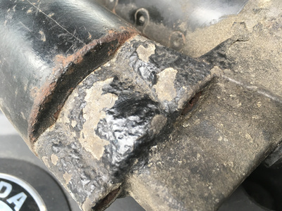 ...szabadítják meg az oxidált, rosszabbul vezető rétegtől