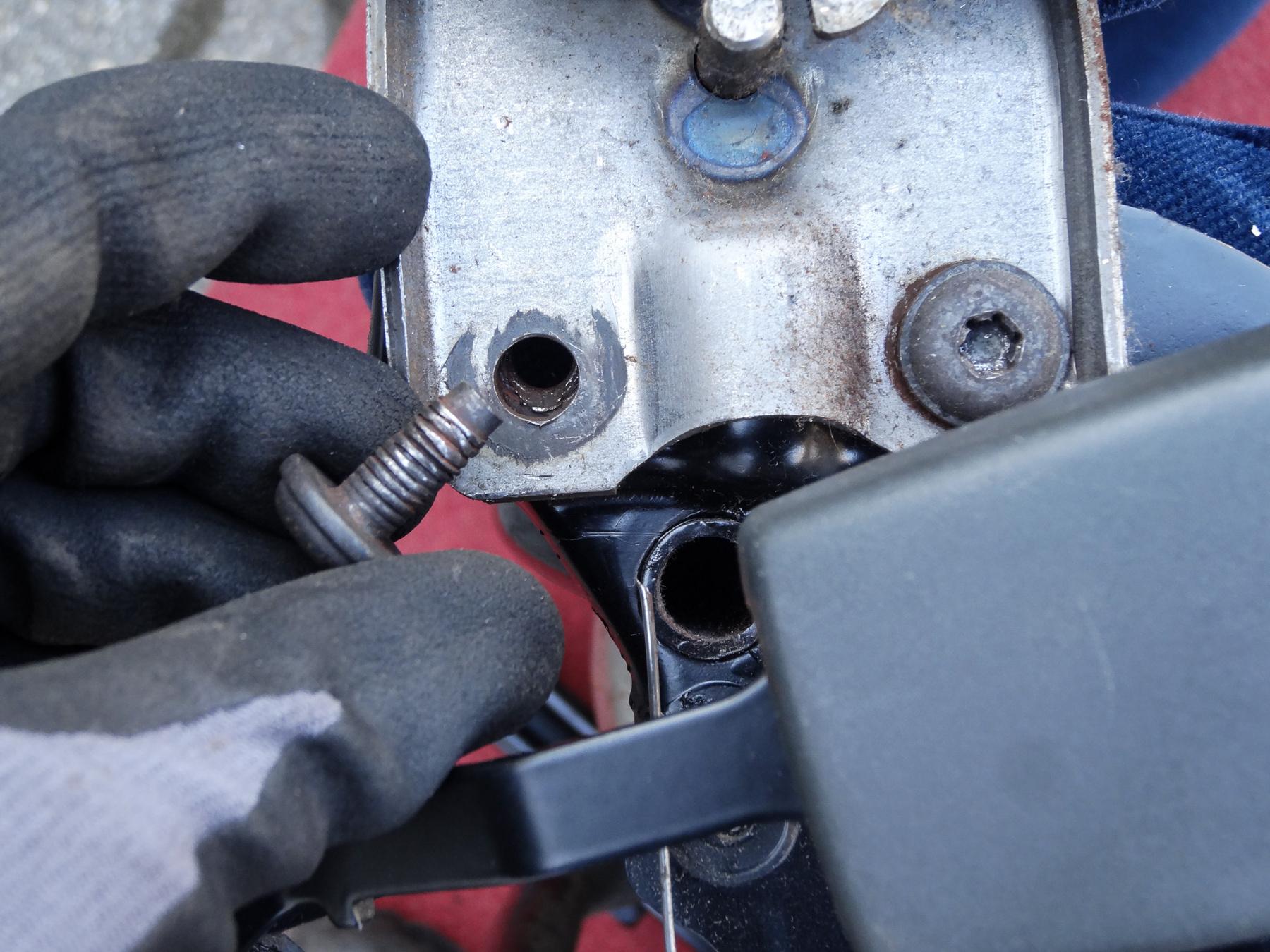 Ez is típusbetegség, kicsit javítottam rajta, de nem sikerült tökéletesen a helyére hajlítani a zárat tartó acéllemezt