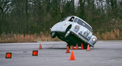 Siralmas látávány a fennséges kocsi összegyűrve, de természetesen megjavítják