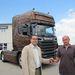 Márkus Miklós, a Scania értékesítője átadja a járművet Bendes Attila ügyfélnek