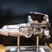 A W12-es motort megtoldották két turbóval, így 625 lóerős és 800 Nm-t ad le. Mögötte a váltó, a tradicionális brit gyártótól, a ZF-től