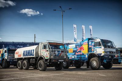 A Selyemút rally részvevői. Elöl a Liebherr gázmotoros, csőrös kialakítású gép