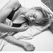 Figyeljük meg a megfeszült bal fejbiccentő izmot, a nyitott ajkakat és a hajmosás utáni hajat! (Naomi Watts)