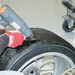 Hőlégfúvó és spakli - ennyi kell a szétkenődött gumi eltávolításához.