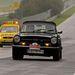 Az a sárga árnyék nem véletlenül követi a TR6-os Triumphot. A brit roadster egy kanyarból rosszul jött ki és a biztonsági korlátra simult fel. Problémamentesen folytatta a karcolások után.