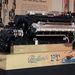 Egy Packard hajómotor. Az a kis világos folt a cigis dobozom...csak hogy meglegyen a méret