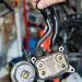 A dízel hőcserélője megmenthetné a benzines blokkokat is. Amikor a motor hideg, a hűtőfolyadék hőjével gyorsítja a motorolaj felmelegedését. Menet közben kordában tartja az olajhőfokot.  A Brabus és erősebb Roadster blokkján is van. A kisebb benzineseken nincs. Pedig azoknak is kéne