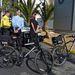 Biciklis rendőrök bilincselnek