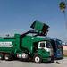 Nem kell ember a kukákhoz, a hulladékszállító kocsi ügyesen magába üríti a szemetet