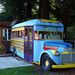 Vendégcsalogató GMC busz egy fogadónál az 1-es mentén