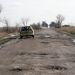 Autó az út rossz oldalán: a járható nyomvonalért a teljes útszélességet ki kell használni
