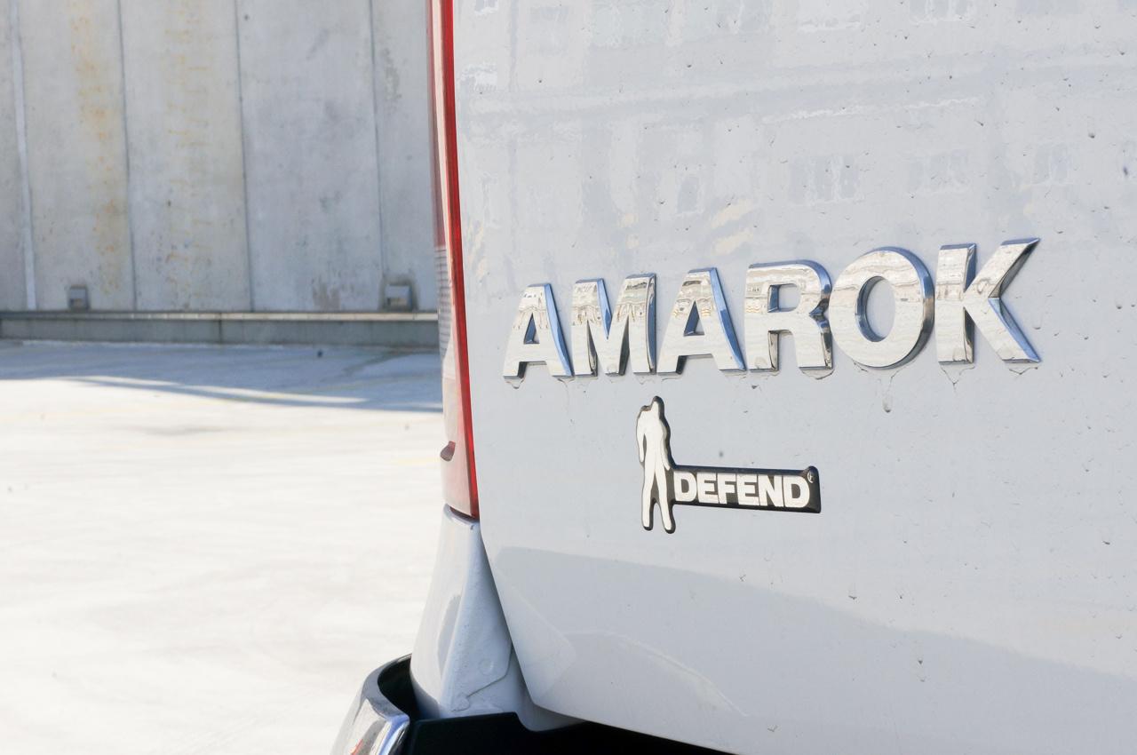A kereskedő szerint lehetséges, hogy az Amarokról akkor verődött le a festék, amikor mezőgazdasági kiállításokon parkolt és fűnyírót járattak mellette, amely megszórta kavicsokkal az oldalát. Koskár úr szerint nem történt ilyesmi.