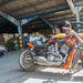 Motorokat manapság már ritkábban foglalnak le. Ennek köze lehet ahhoz is, hogy behozataluk könnyebbé vált. Nem érdemes külföldi rendszámmal próbálkozni. A képen egy erősen átépített Harley-Davidson V-Rod