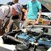 Vajon egy sima Twin Cam, vagy egy BDA-motor, rágódik a kalapos úr, aki egészen biztosan látta ezeket az autókat újonnan versenyezni. Egyébként a Piskóta Escort Mk I-es, aminek a motorja fölé görnyed, az 1972-es RAC Rally győztes autója