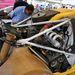 Ha nem látom a dakaros Peugeot 405 T16 hátulját leszedve, sose tudom meg, hogy a motorját ennyire féloldalt, a karosszéria jobb legszélén hordta. Amikor a B csoportot betiltották a raliban, a Peugeot az afrikai versenyekre vitte át a know-howt, s először Ari Vatanen nyert a 205 T16-tal 1987-ben, majd rá egy évre Juha Kankkunen a 405 T16-tal 1988-ban. Ez itt Vatanen nem-győztes, 1988-as autója
