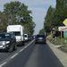 Másfél kilométerre a kereszteződéstől, Pilisborosjenő határán tömötten áll a sor – hétköznap délelőtt ez nem ritka