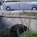 Az Aranyhegyi-patak mellékága épp a lámpánál keresztezi a 10-es főút vonalát