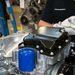 Fejjel lefelé a motor: felkerül az olajszűrő és az olajteknő