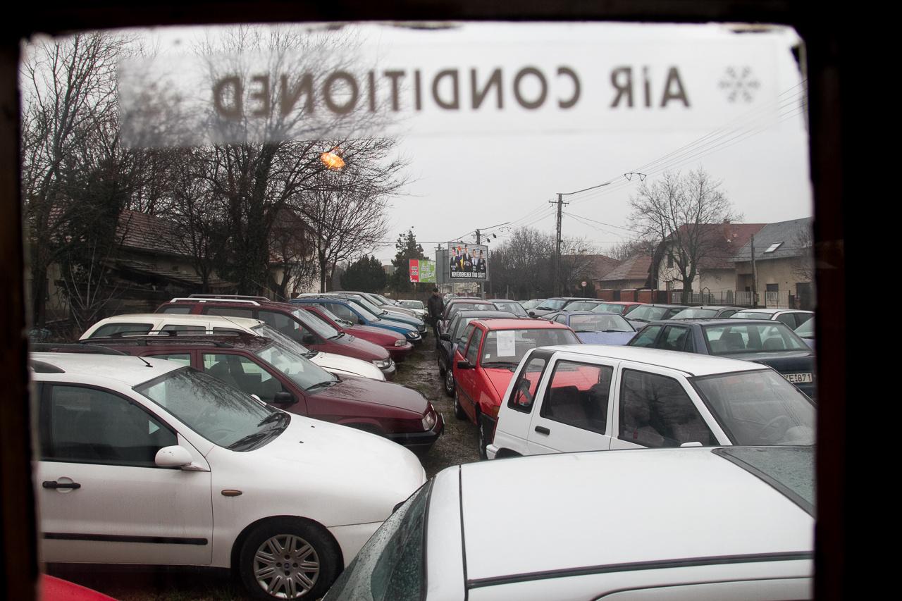 A kollégák debreceni kereskedők. Kizárólag régi Suzuki Swiftekkel foglalkoznak. János és Anita összevásárolják a készletet Budapesten, majd sorban eladják mindet. Óriási a kereslet az olcsón fenntartható autókra