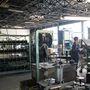 Itt készülnek a felújított fékbetétek és kuplungtárcsák. A technológia és a gépek egy része látszólag matuzsálemi korú, de a jelek szerint működik ez így is