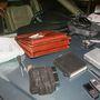 A bandázzsal betekert dobozt kötik az OBD csatlakozóra