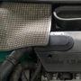 A gumiszőnyeg alatt az akkumulátor lakik. Ötvenöt amperórás, nagyon forgat, de nem ebbe az autóba való