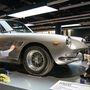 Egy ekkora múzeumban folyamatosan turnéznia kell a tisztogató részlegnek. A hölgyek épp egy 66-os Ferrari 330 GT-t ráznak gatyába.