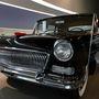 Hongqi CA 72, hol másutt készült volna, mint az Egyes Számú Kínai Autógyárban? Ez volt Kína első saját gyártású luxusautója, és mint ilyen, valóságos csoda, hogy elkészülhetett a hidegháborús években, hiszen Kína elég nehézkesen fért hozzá a modern technológiákhoz, és a népi kohók nyújtotta alapanyag sem biztos, hogy Mercedes-minőségű volt.