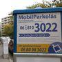 A Mobilfizetési Zrt. székházának környékén két parkolóövezet találkozik. Ha valaki az egyikben teszi le az autóját, nem fizethet a másikhoz tartozó automatában, mert megbüntetik. Ez így lesz július 1. után is