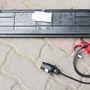 A szabványos elektromos csatlakozóval párosítható lámpasor közepén ott a rendszámkeret. Elvileg így maradhat látható az autó és a rendszámtábla