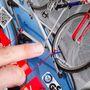 Kicsit mást ígérnek az Auchan-féle kerékpártartó csomagolásán, mint ami a csomagban van. Nem kézicsavarokkal felszerelhető, hanem közönséges önfeszítő anyákkal. Nem zárható kulccsal, és nem igazán ideális egy olyan vastag vázhoz, mint ami a képen szereplő kerékpáré. Érdemes nagyon odafigyelni a vásárláskor