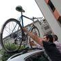A kerékpárfelrakás kétemberes feladat, ha egy olyan magas autóról van szó, mint a VW Tiguan