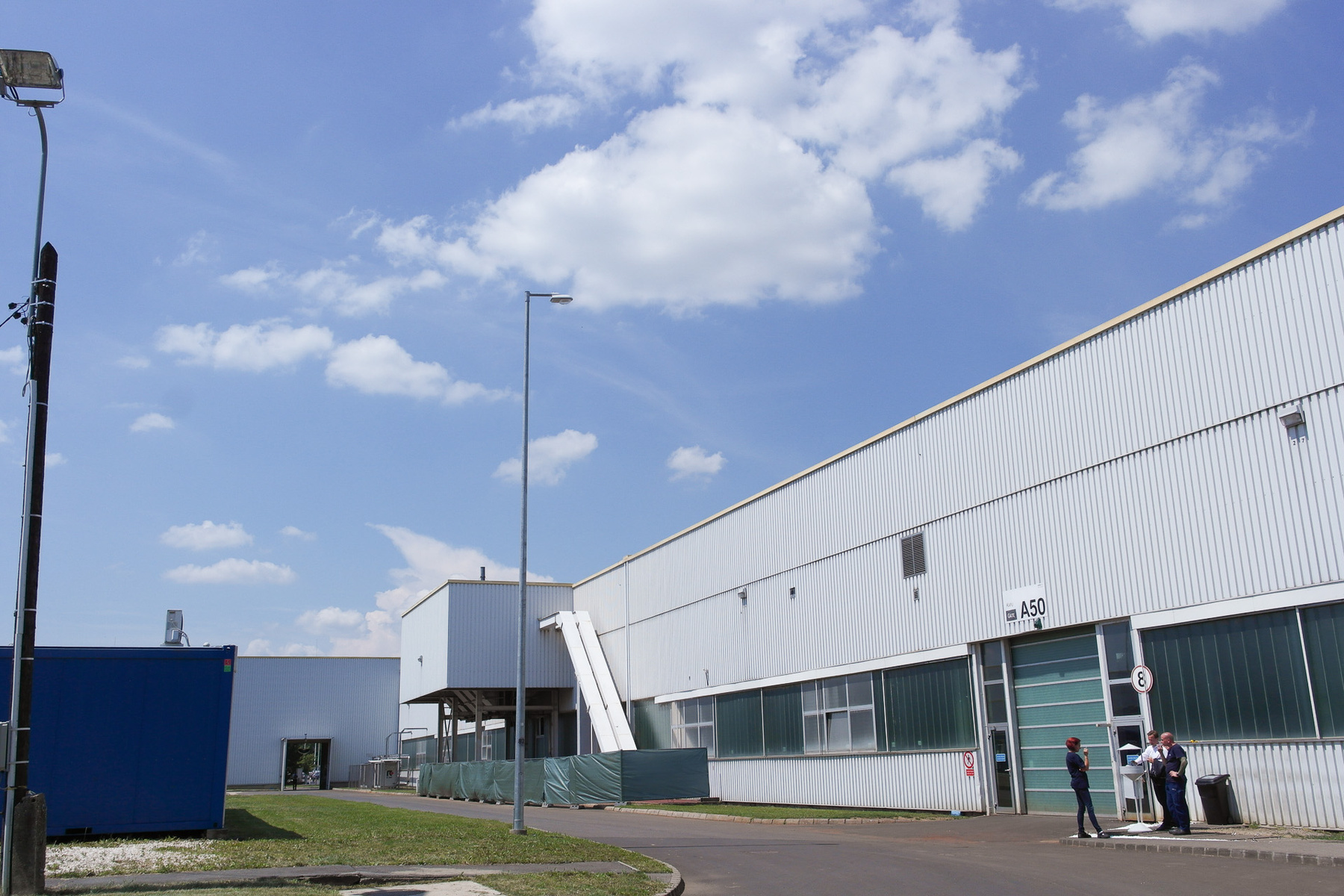 A terület e Rábáé volt, egy félkész gyárral, ezért került ide az Opel. Az irodaépületet csak nemrégiben lakták be, sokáig üresen állt