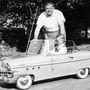 Dobos Jánoska a volánnál, a kocsi mögött a nagypapa, Petrovics Lőrinc