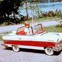 A kilenc éves Jánoska a külsőleg átalakított, modernizált és új színekben csillogó autójában a tatai Öreg-tó parti sétányán 1961-ben