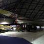 Meghitt csendélet: B-17 Flying Fortress (Repülő Erőd) óvón terjeszti szárnyát az árva kis Messerschmitt Bf-109 fölé. Eredetileg egymás legnagyobb ellenségei voltak, de itt jól megférnek