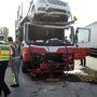 A kamion horvát rendszámú volt, a felső szinten utazó B osztály elején milliós lehet a kár