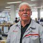 Barry Loneragan 1986 óta a Nissannál dolgozik, akkor minőségellenőr volt. Szinte mindent tud a gyárról, ezért is ő kíséri a csoportokat