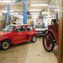 Ez a restaurátorműhely, benne a Austin Metro Turbo és a fakerekű izé
